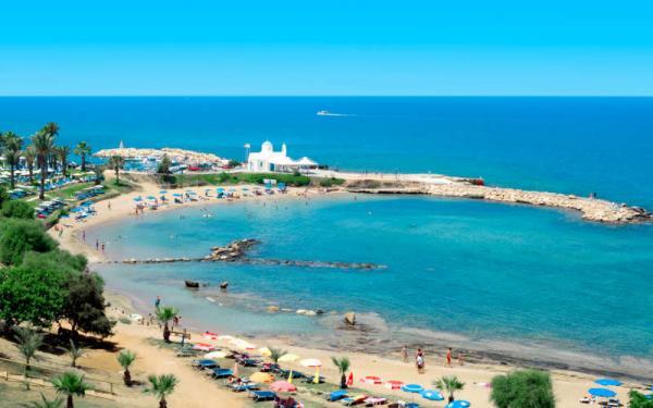 88e240d887074 Наверху можно посидеть в кафе с шикарным видом на море. Фиг Три Бей тот пляж,  куда любят приезжать семейные пары с детьми.